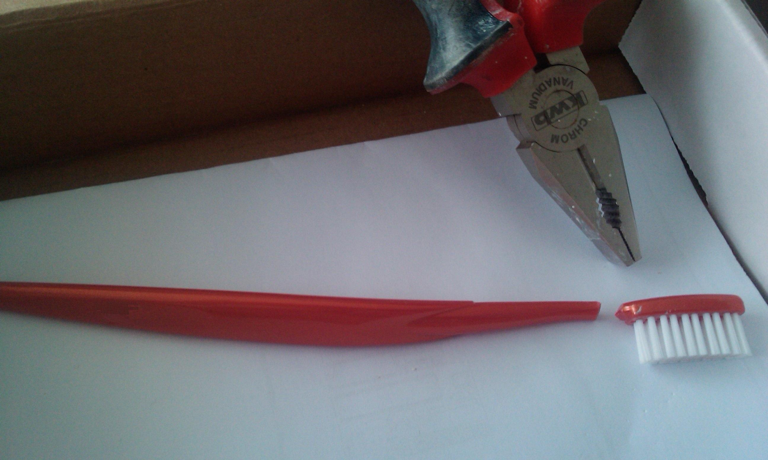 1. Knip de kop van een tandenborstel