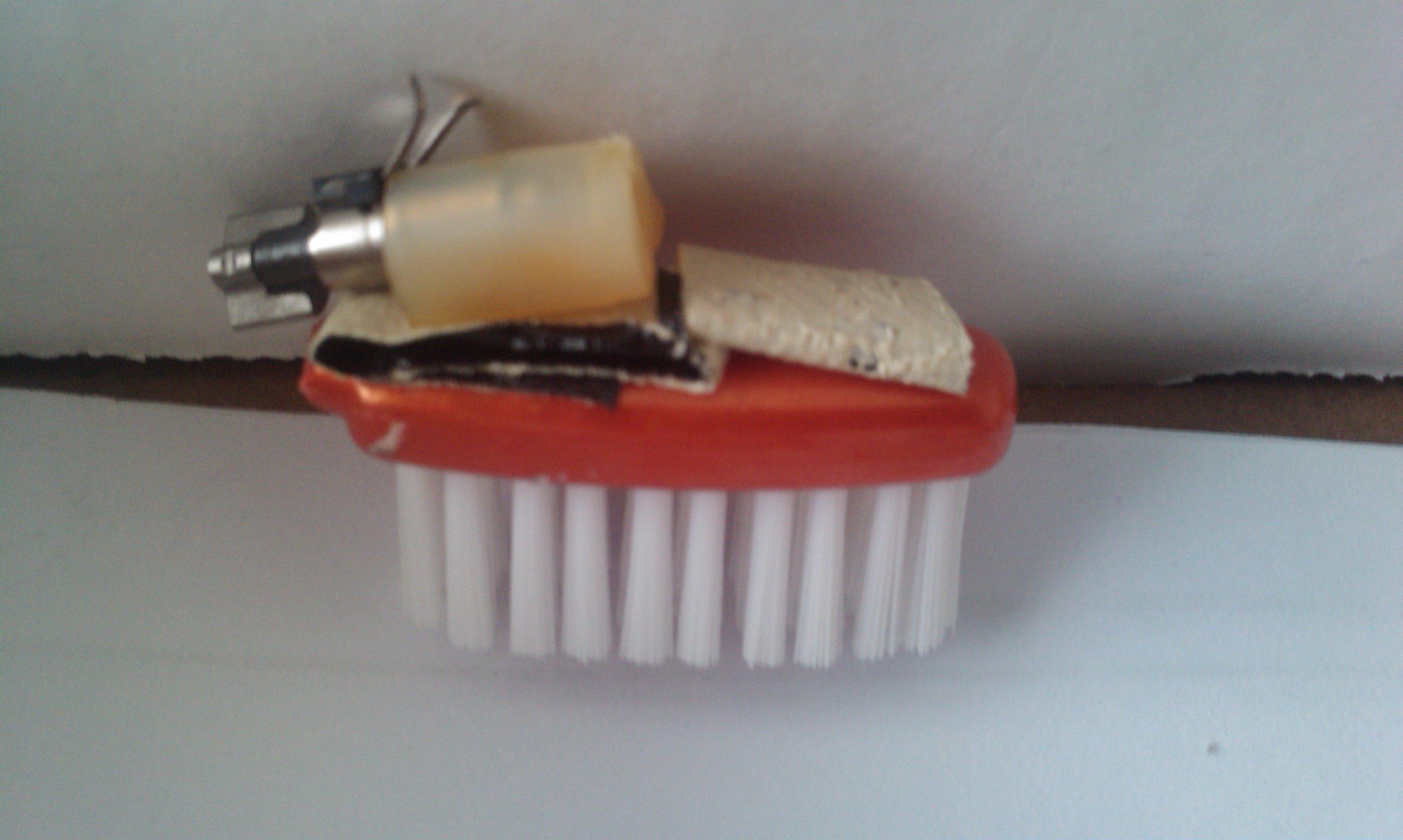Plak de motor aan de tandenborstelkop