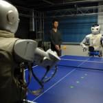 De mensachtige robots, ontwikkeld door Zhejiang Universiteit in Oost-China maakten hun debuut zondag met het tafeltennissen.