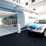 Robot van het bedrijf Betterplace vervangt accu's van taxi's op Schiphol