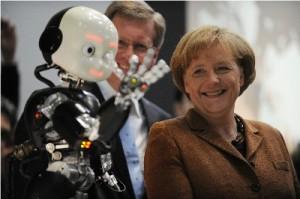 De zelflerende robot iCub op de foto met bondskanselier van Duitsland Angela Merkel