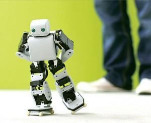 De kleine robot PLEN kan lopen, dansen en schaatsen