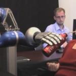 robotarm bestuurd met chip in hersenen